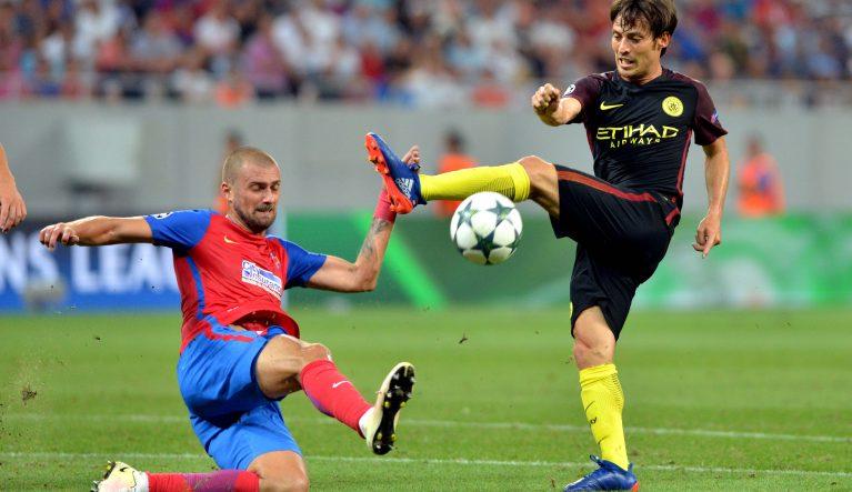Gabriel Tamas în duel cu David Silva FOTO: Răzvan Păsărică / Sport Pictures