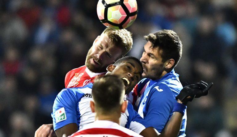 Luptă dură pentru minge în meciul dintre Craiova și Dinamo. Foto: Răzvan Păsărică / Sport Pictures