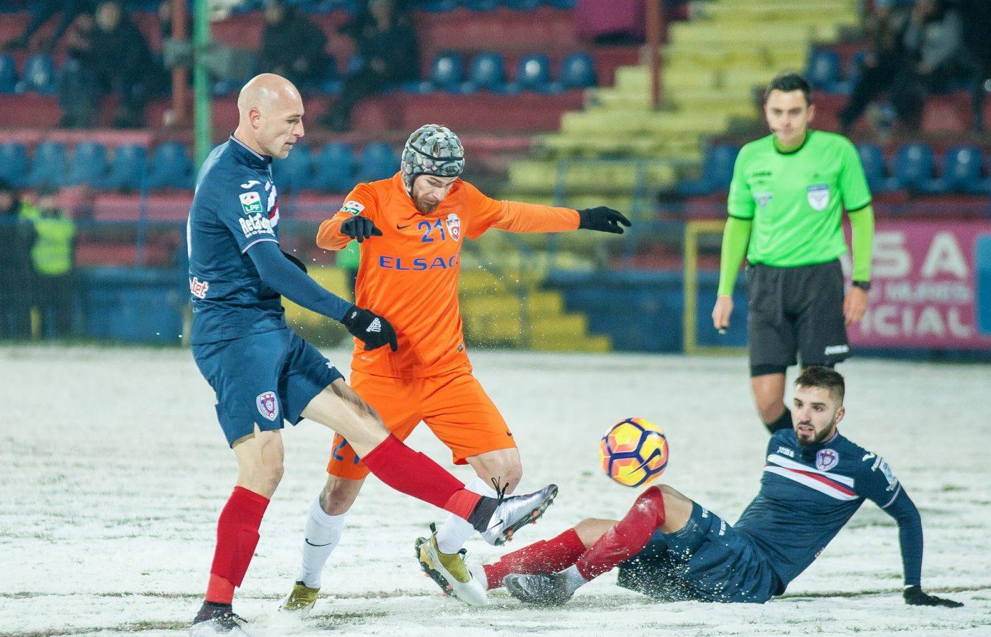 Gabi Mureșan și Victoraș Astafei patinează în meciul dintre ASA și FC Botoșani. Foto Csibi L. Csaba / Sport Pictures